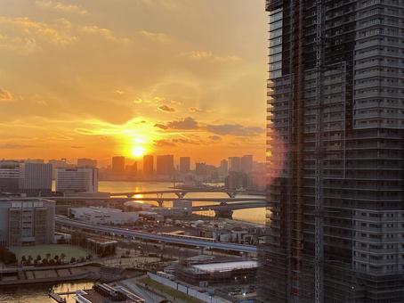 건축중인 고층 아파트와 도쿄만에 떠있는 일몰