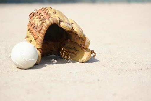 手套和棒球球