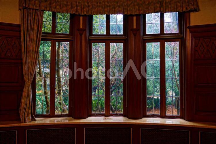 レトロな家の窓辺の写真
