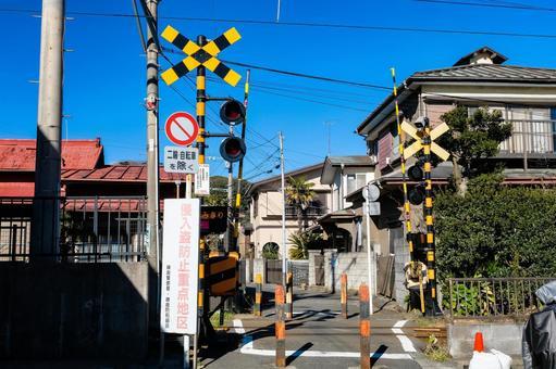 가나가와 현 가마쿠라시 주택가와 에노시마 전철의 건널목