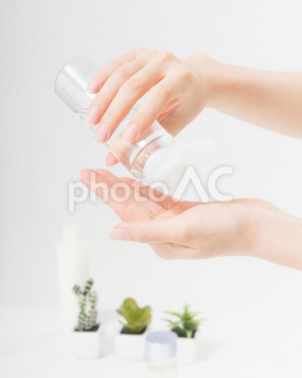 化粧水を手にのせる女性(パーツ)7の写真