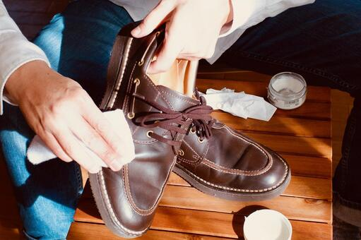 Shoe shine person