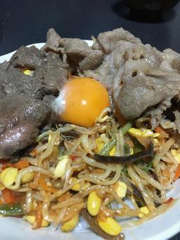 石鍋拌飯碗雞蛋肉豆芽菜
