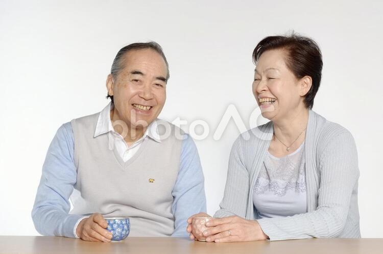 湯飲みを持つ老夫婦2の写真