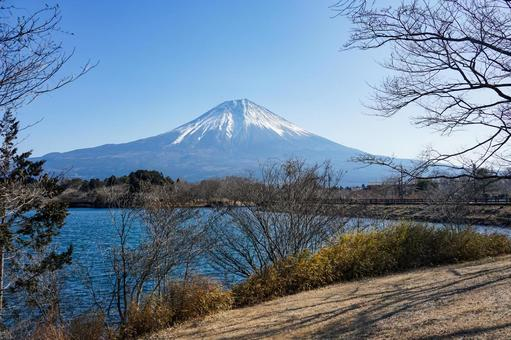 From the clear Lake Tanuki to Mt. Fuji in winter
