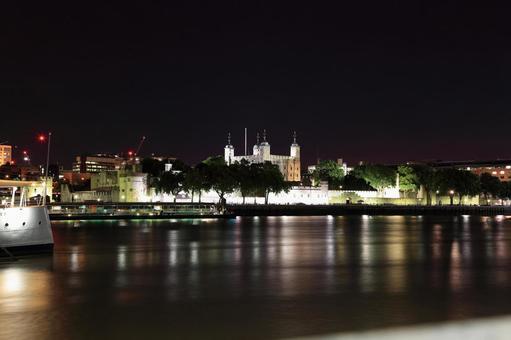 밤 런던 타워와 템스 강