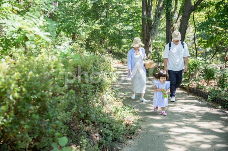 坂道をのぼる家族の写真