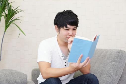독서를 즐기는 남성