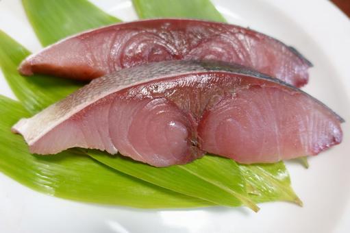 黃尾魚片配柳尾和竹葉