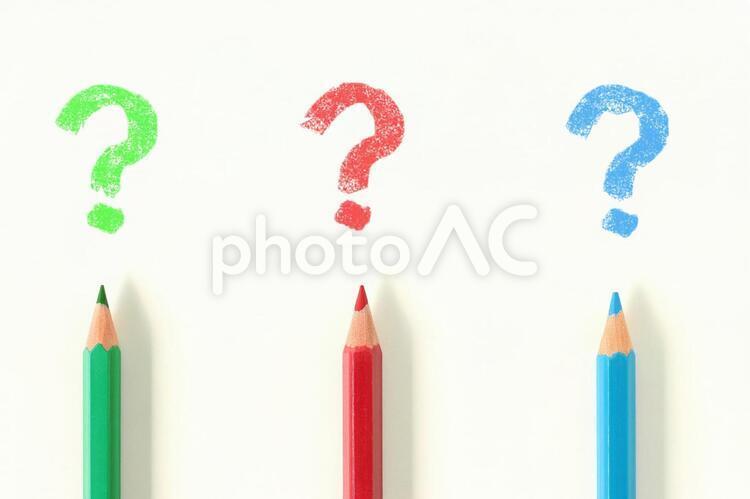 色鉛筆で描いたクエスチョンマークの写真