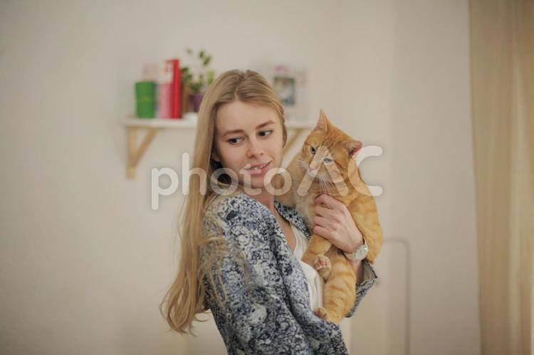 女性とペットの写真