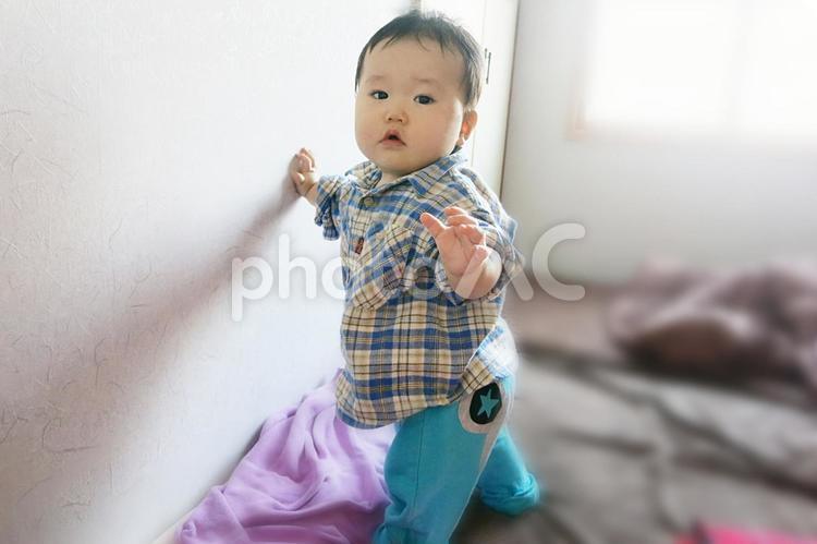 つかまり立ちしている赤ちゃんの写真