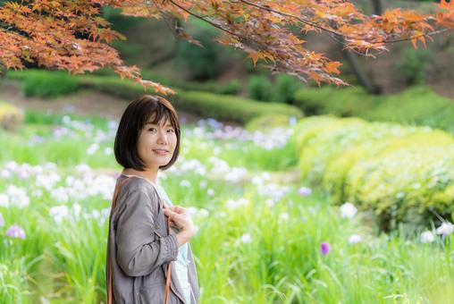 A woman sightseeing in the autumn leaves spot