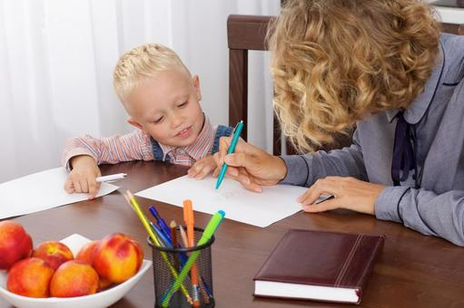 Working mother at the table to make a son's drawing opponent 4