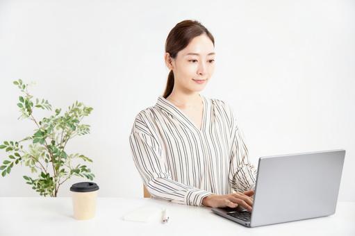 컴퓨터 작업을하는 깨끗하고 여성