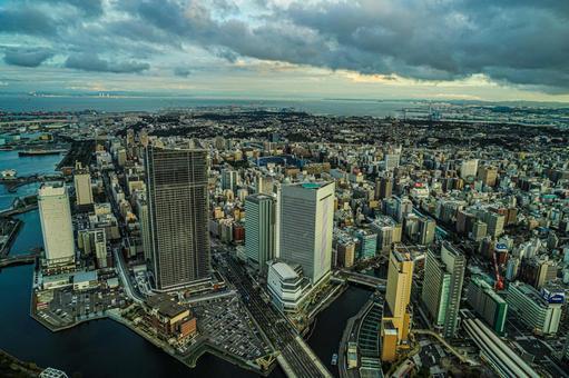 요코하마 랜드 마크 타워 전망대에서 보이는 요코하마의 거리 풍경과 석양