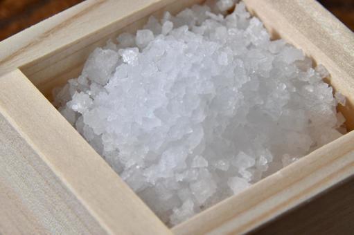 升に入った大粒の塩1