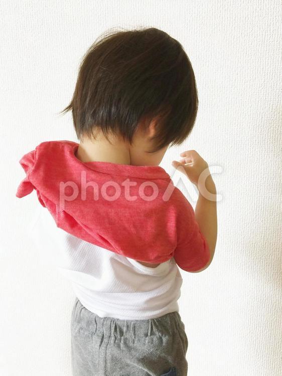 ひとりで着替えを頑張る3歳児の写真