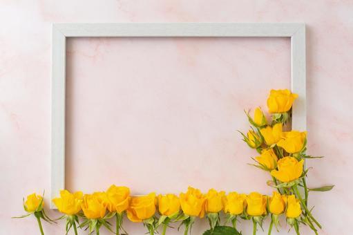 노란 장미와 나무 프레임