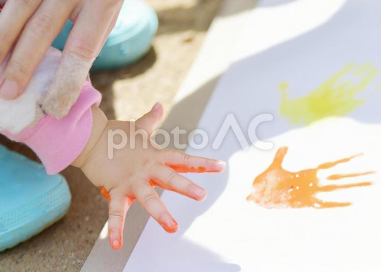 手型を押す子どもの手の写真