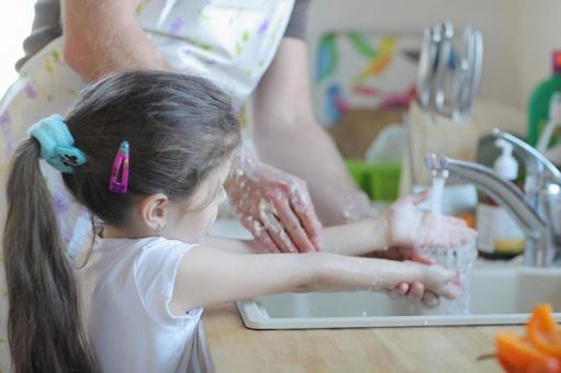女孩3洗厨房里的男人和手