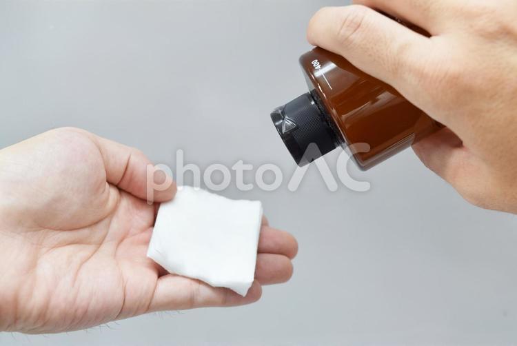 化粧水とコットンの写真