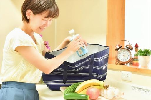 보냉 가방에서 음식을 꺼낼 여성 3