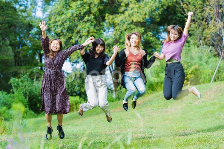 ジャンプする女性の写真