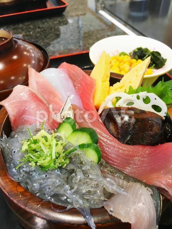 しらうお刺身盛合せ マグロ 海鮮 寿司屋 きゅうり 卵の写真