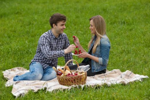 夫妻互相吃草莓1