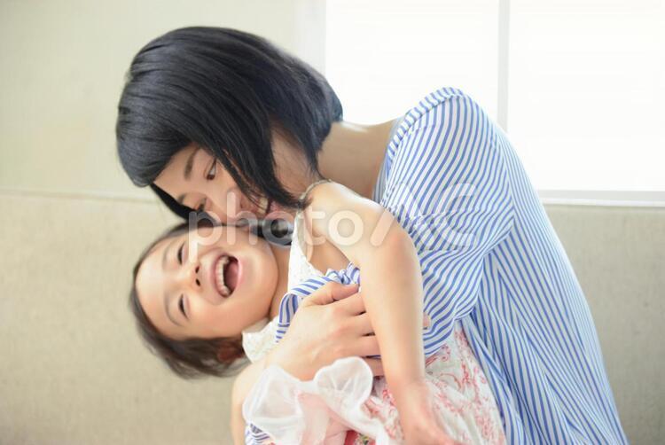 母と子 抱っこ14の写真