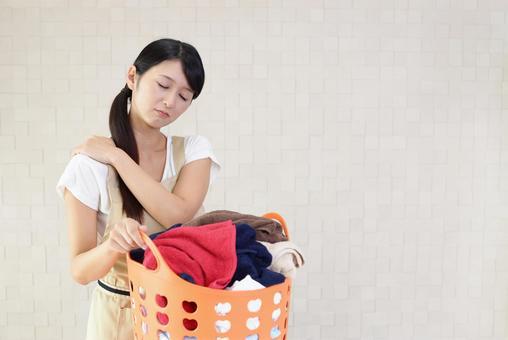 어깨 결림을 호소하는 여성