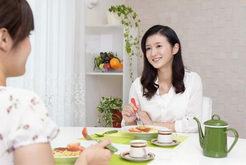 식사를 즐기는 여성