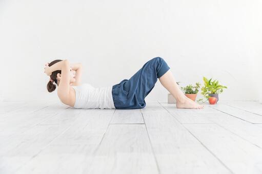 근육 트레이닝 (복근)을하는 여성
