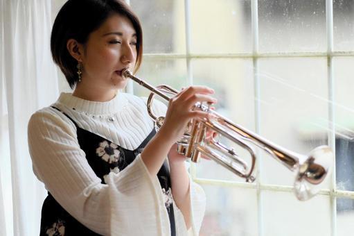 一個吹喇叭的女人