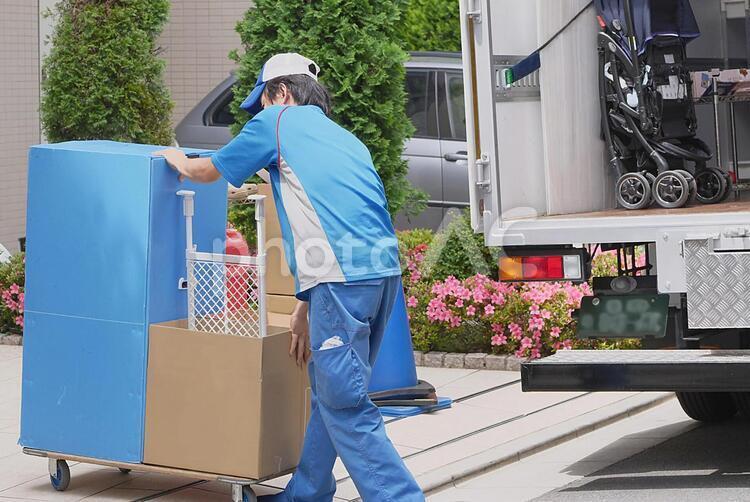 荷台で荷物を運ぶ引越しスタッフの写真