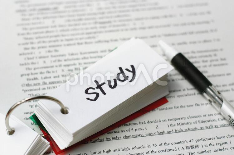 単語帳で勉強の写真