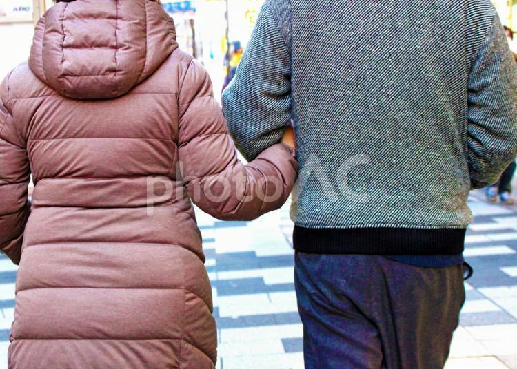 腕を組む夫婦2の写真