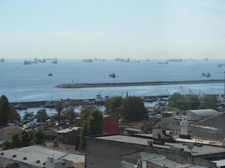터키의 바다에 떠있는 배