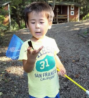A child who caught a hagro dragonfly