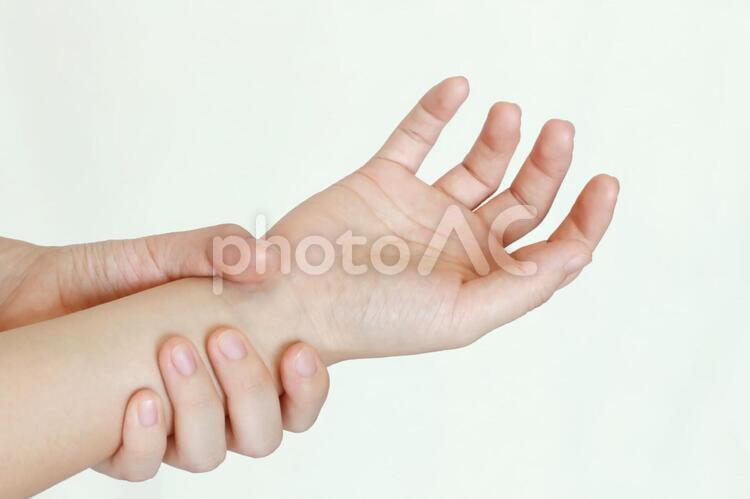 手首を持つ人(カラー)の写真