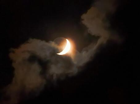 초승달에 비친 구름 모양