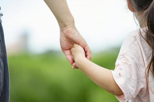 父母和孩子手牽手
