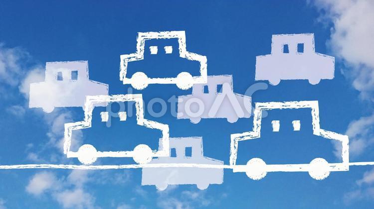 青空に渋滞の車の写真
