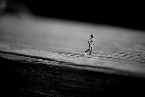 Miniatures of people who run