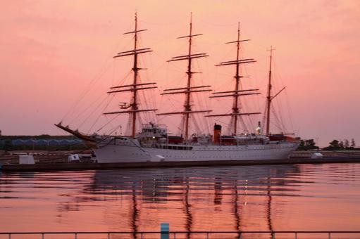 站在日出的一艘帆船