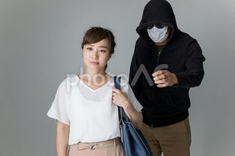 財布を盗まれる女性の写真