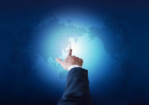 세계지도를 가리키는 사업가