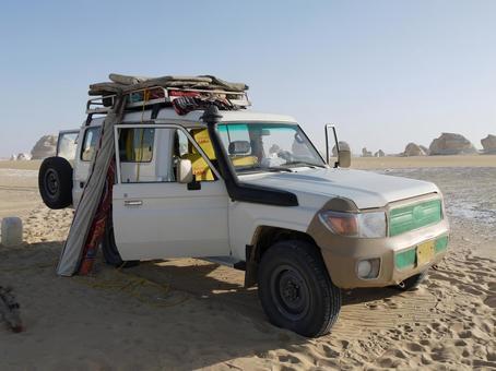 汽车在沙漠中