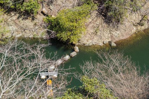 댐 호수의 물에 뜨는